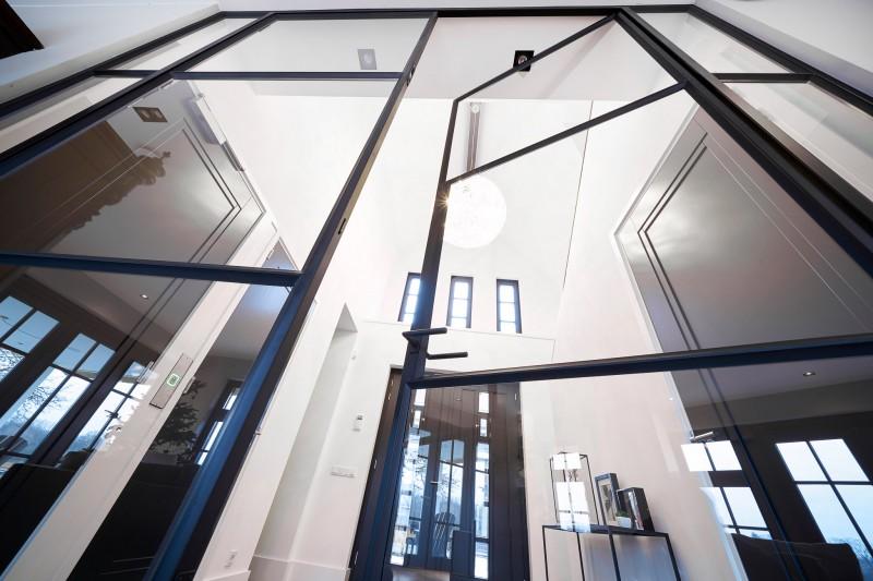 Stalen deuren vanaf vloer naar plafond
