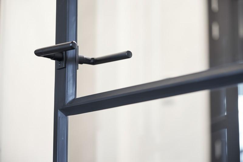 Stalen deuren met paumelle scharnieren en 3 vaks glasverdeling